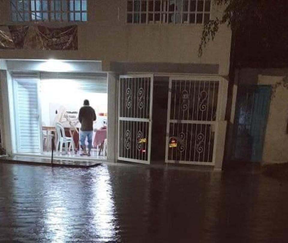 Reportan grandes inundaciones por intenso aguacero en el Valle