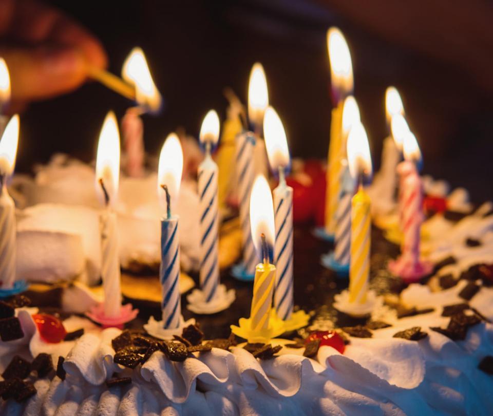 Policía la obligó a posar con su torta de cumpleaños por 'covidfiesta'