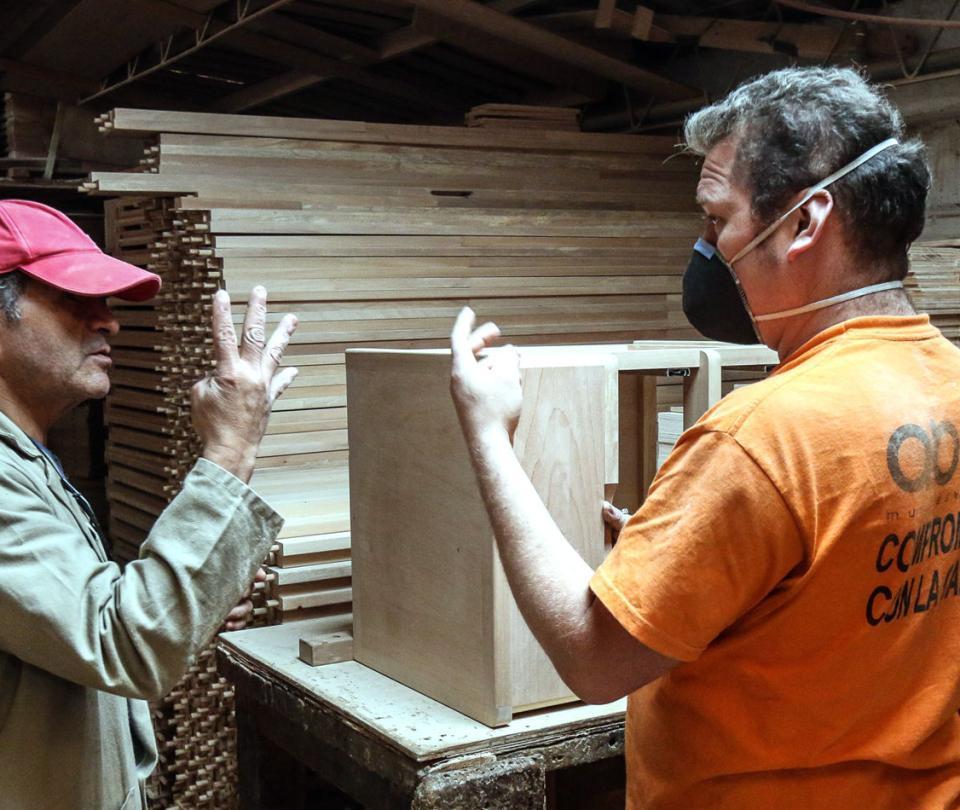 La carpintería que un día decidió solo trabajar con personas sordas