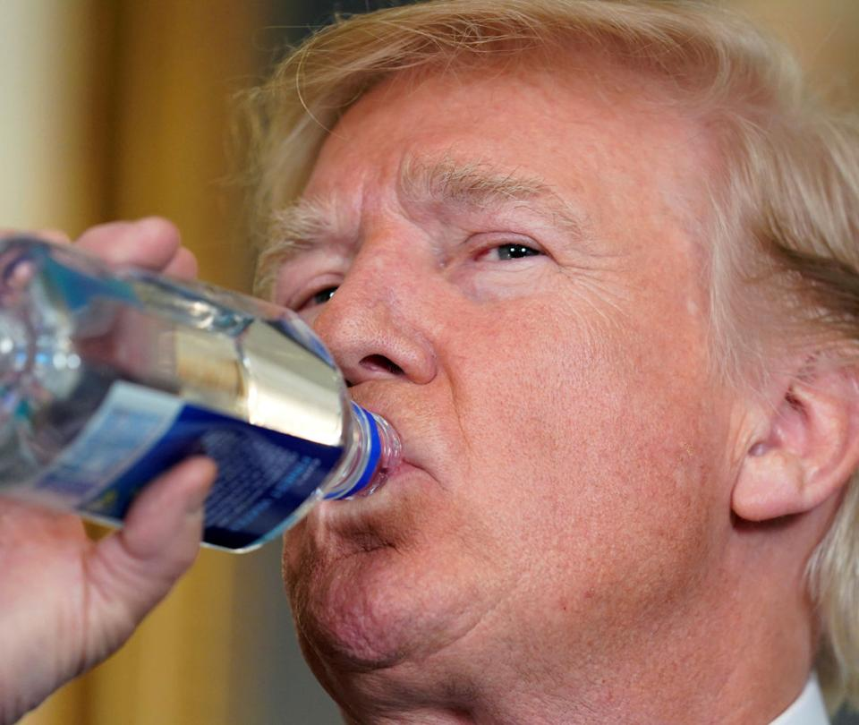 Una vuelta al mundo / El amargo trago de agua de Donald Trump