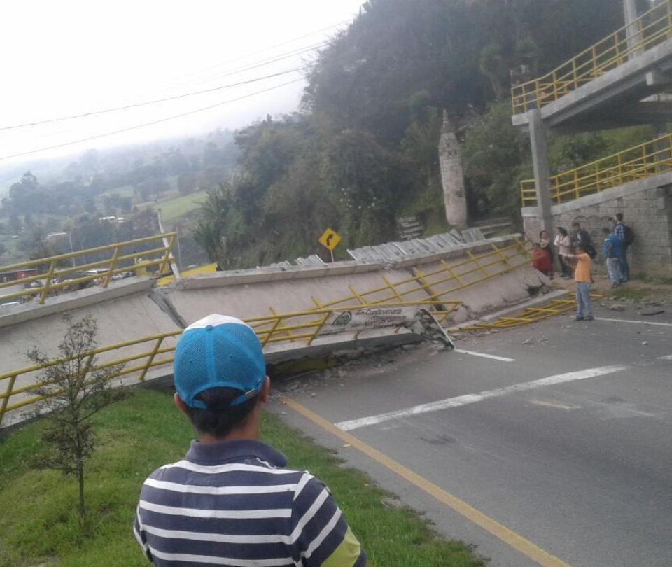 Imágenes del puente que un camión derrumbó en la vía Bogotá-Girardot