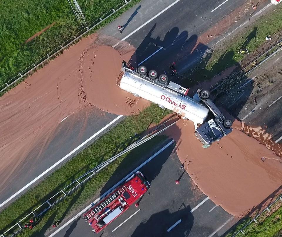 El inusual y 'delicioso' accidente de un camión lleno de chocolate