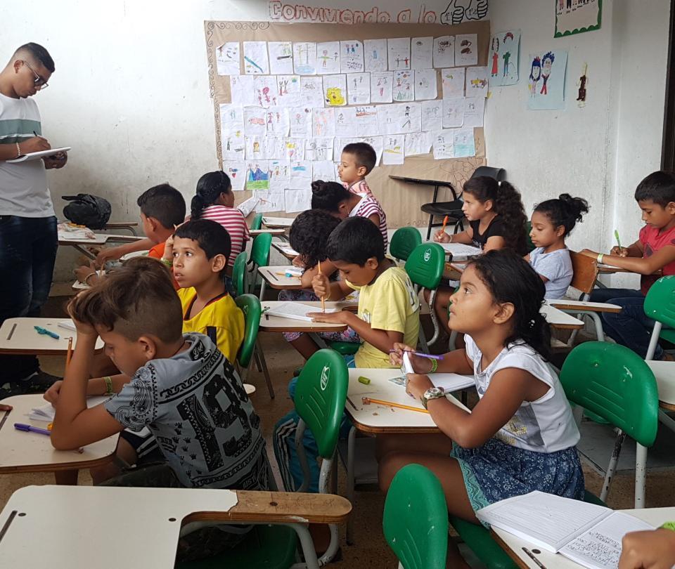 El profe que les dicta clase a los niños de los albergues de Valdivia