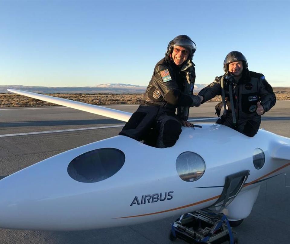 Llegan al borde del espacio con un avión sin motores y rompen récord