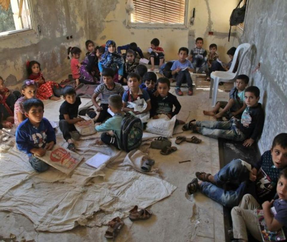 Mansión abandonada se convirtió en salón de clases para niños en Siria