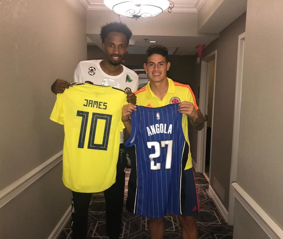 El champú de Braian Angola con los jugadores de la Selección Colombia