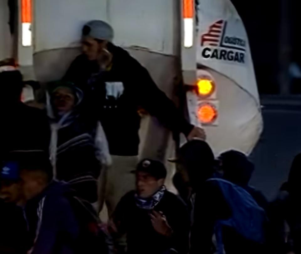 ¡Qué peligro! Doce jóvenes se suben a un camión para no pagar pasaje