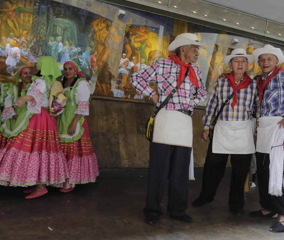 Adultos mayores se gozan el centro de Medellín