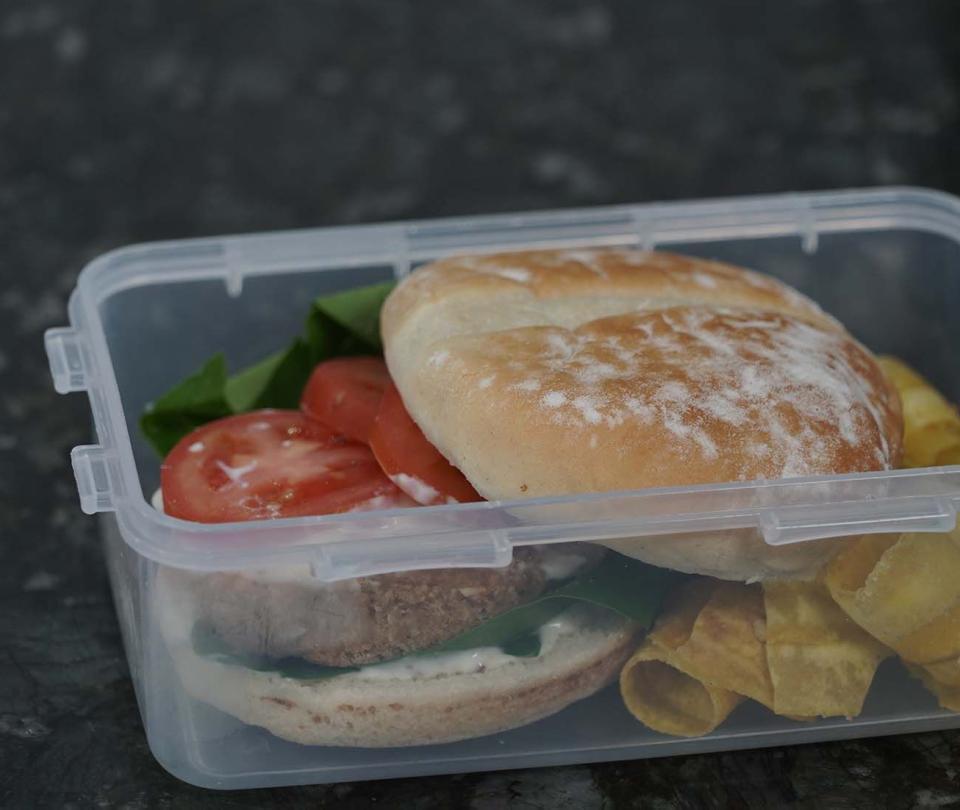 Desvarese del almuerzo en 7 minutos con una hamburguesa de atún