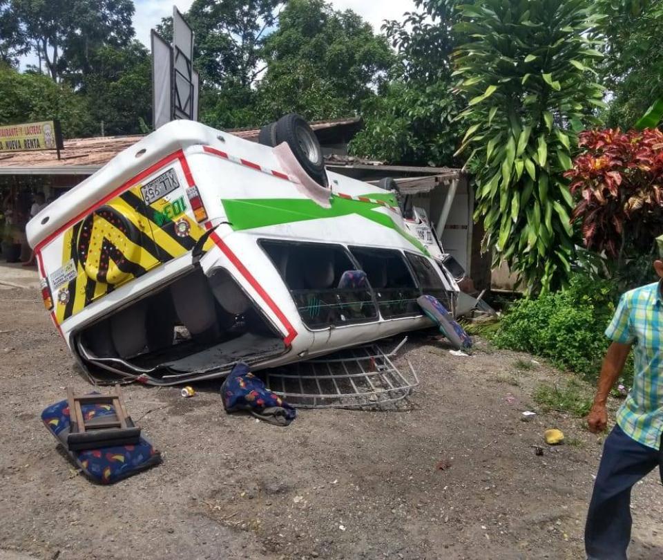 Bus con hinchas del Atlético Bucaramanga se volcó en vías de Santander