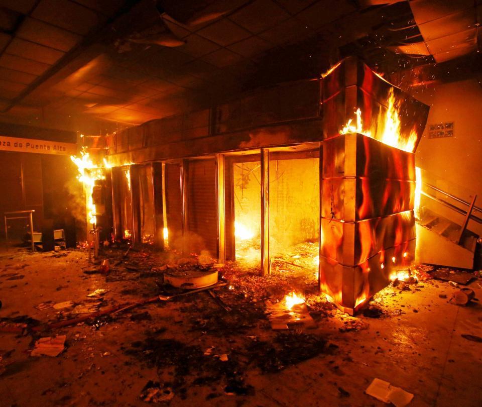 Impactantes imágenes de los incendios en Santiago durante protestas