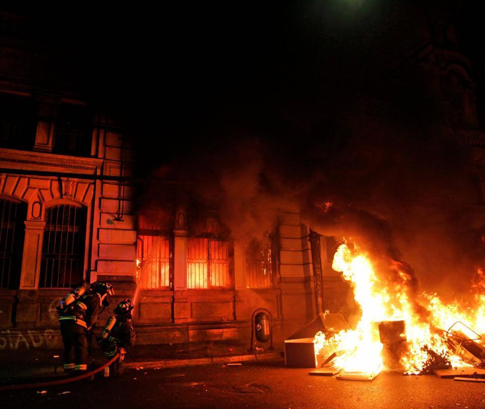 Incendian el edificio del periódico más antiguo de Chile