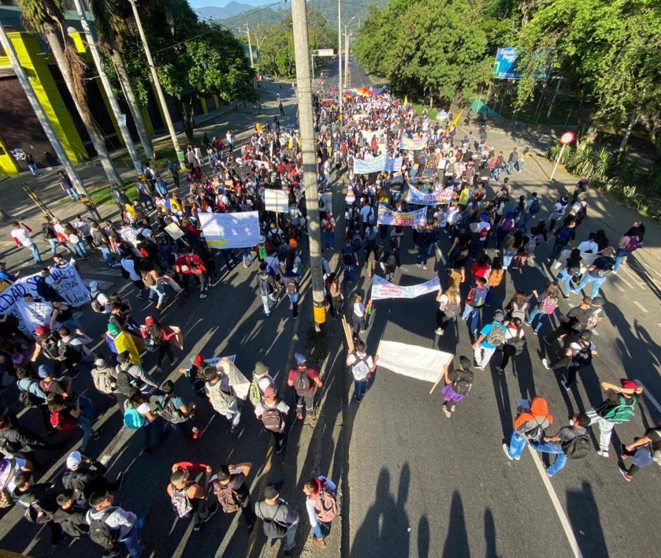 En vivo: presencia de encapuchados tensiona la marcha en Medellín