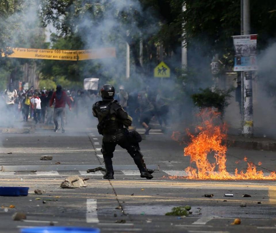 Los manifestantes que salvaron a un policía de ser linchado, en Cali