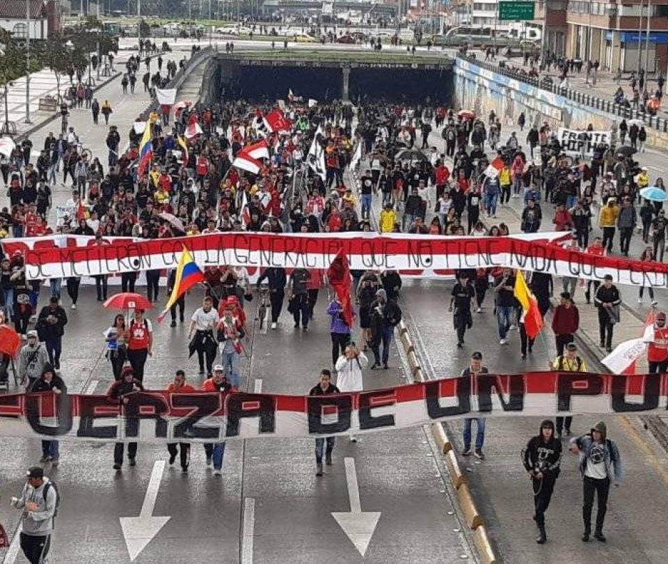 Con coros y banderas, las barras del fútbol también marchan