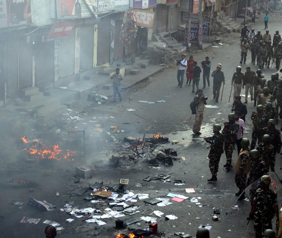 Visita de Trump a India coincide con protestas que dejan 13 muertos