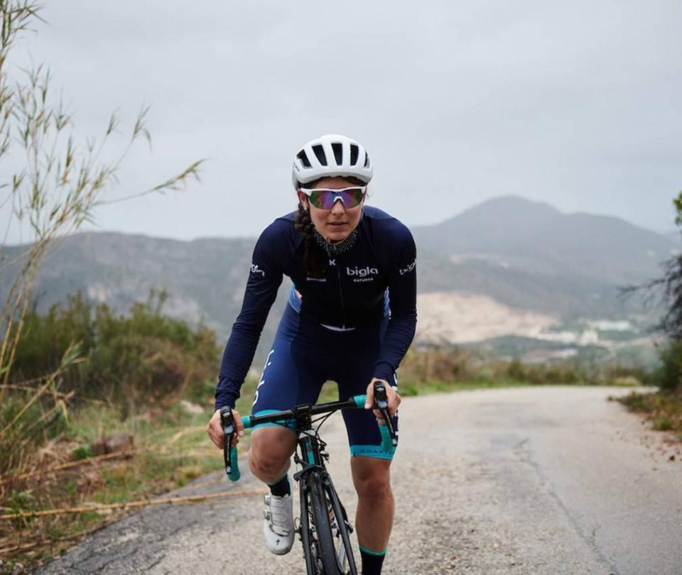 La deportista que colgó la bicicleta y se puso la bata de médica