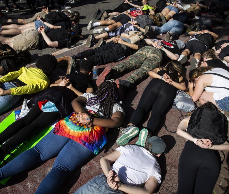 Quiénes son las personas armadas que intimidan en protestas de EE. UU.