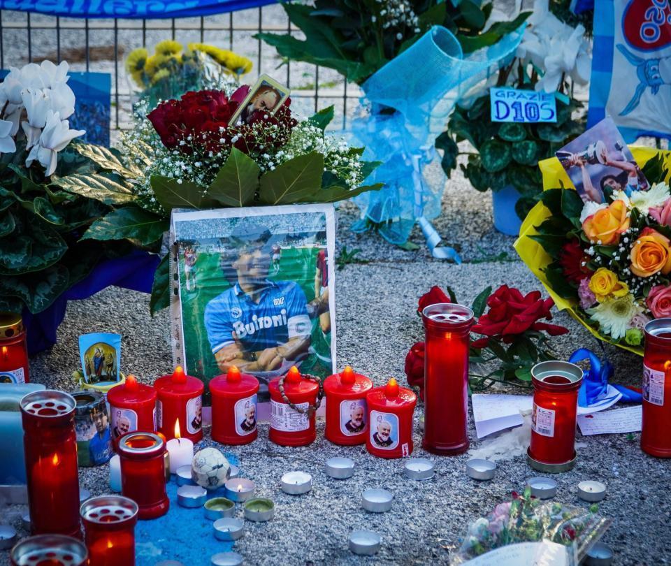 Empleados de la funeraria se toman fotos con el cuerpo de Maradona