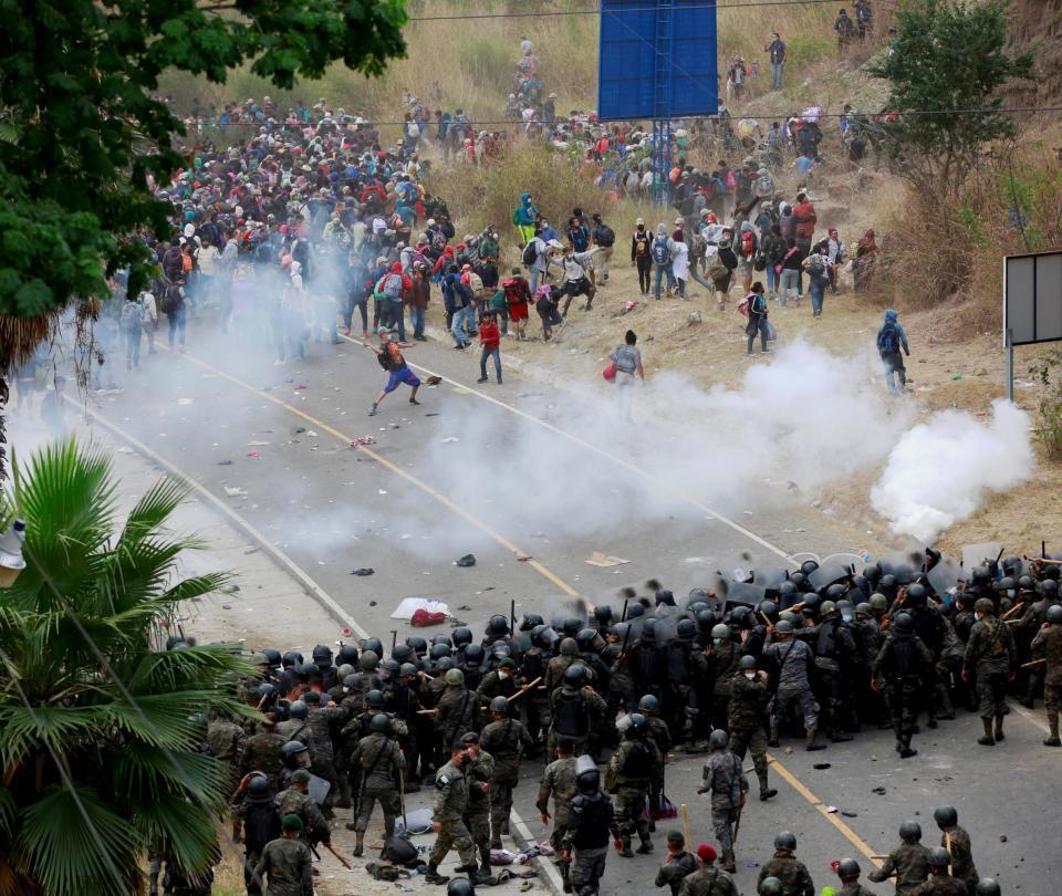 Guatemala frena a la fuerza a caravana de miles de migrantes