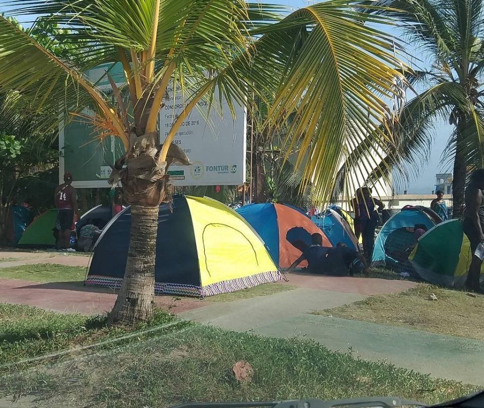 Emergencia en Necoclí por más de mil migrantes hacinados en la playa