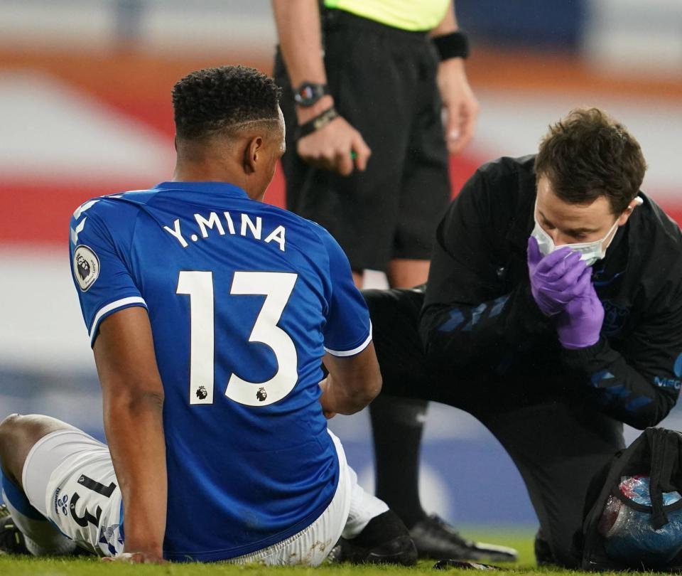 Alarmas encendidas: Mina se retira por molestias en el Everton