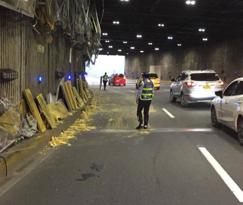 Volqueta causó graves daños en el Túnel Mundialista en Cali