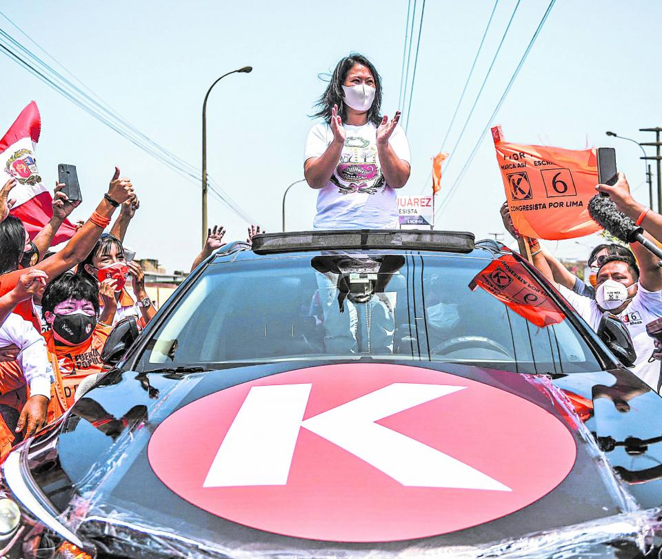 Fujimori se pone a solo dos puntos de Castillo en Perú, según sondeo