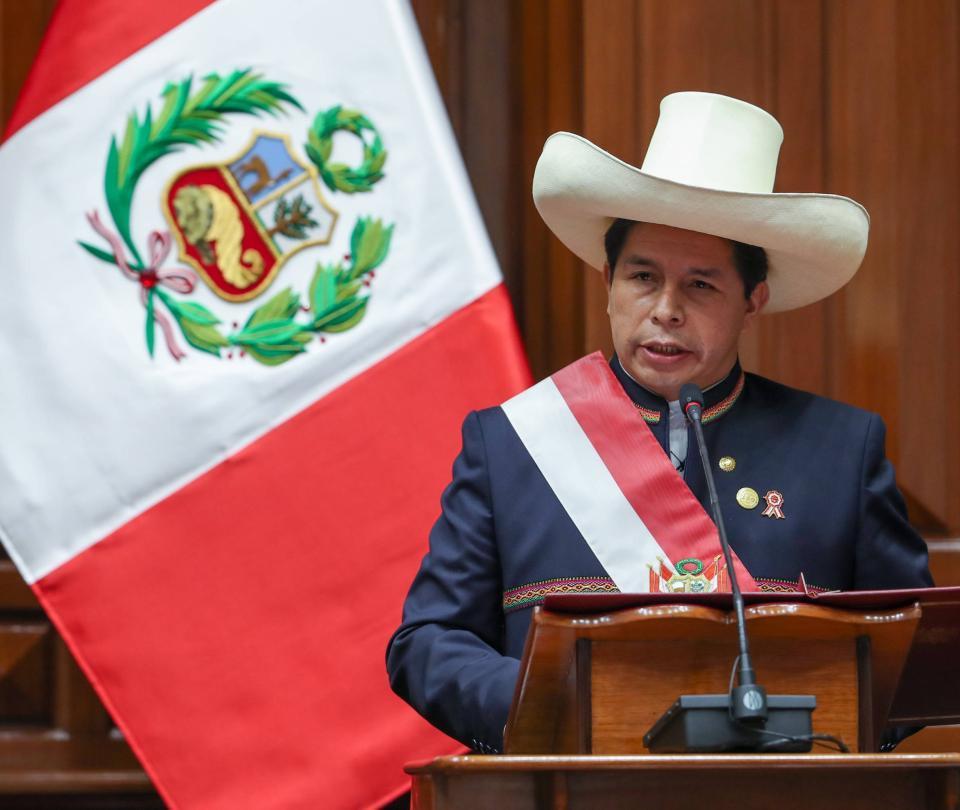 Castillo anuncia servicio militar para jóvenes 'ninis' de Perú