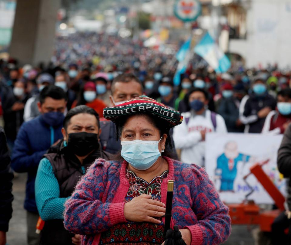 Guatemaltecos bloquean carreteras y exigen renuncia del presidente y fiscal