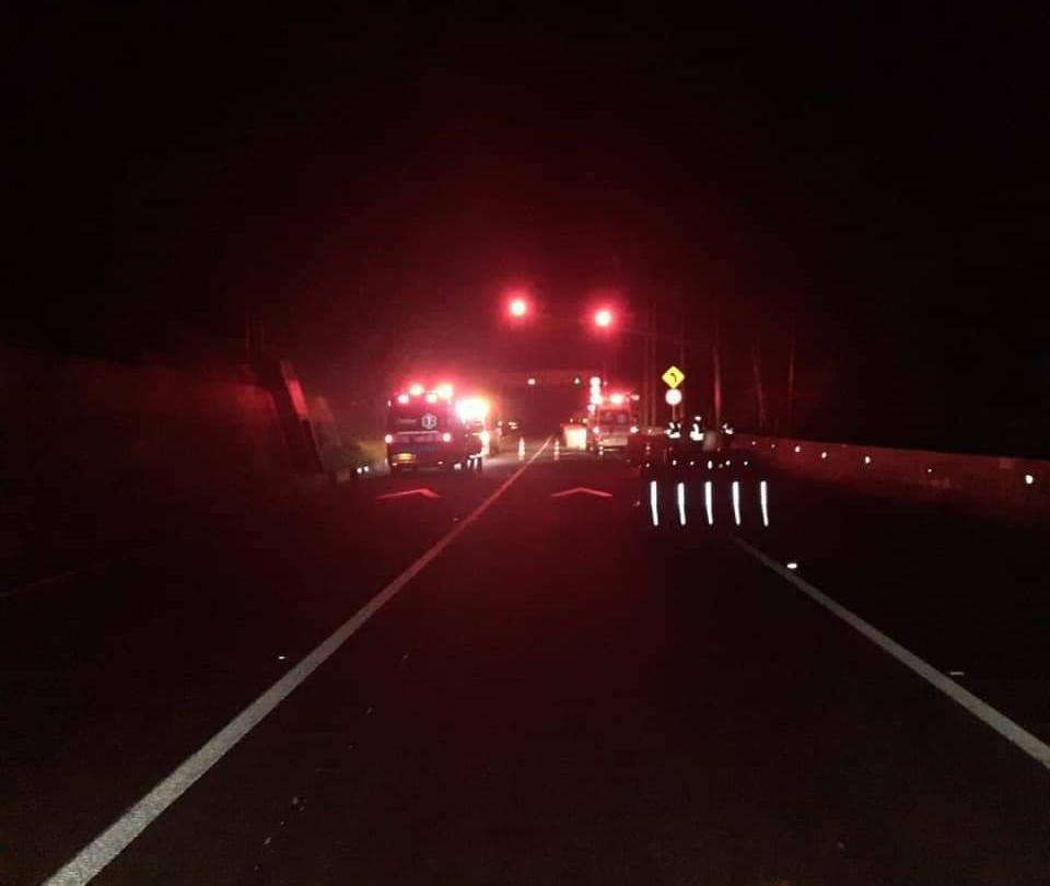Tracto camión con sustancias peligrosas se incendió en la vía al Llano