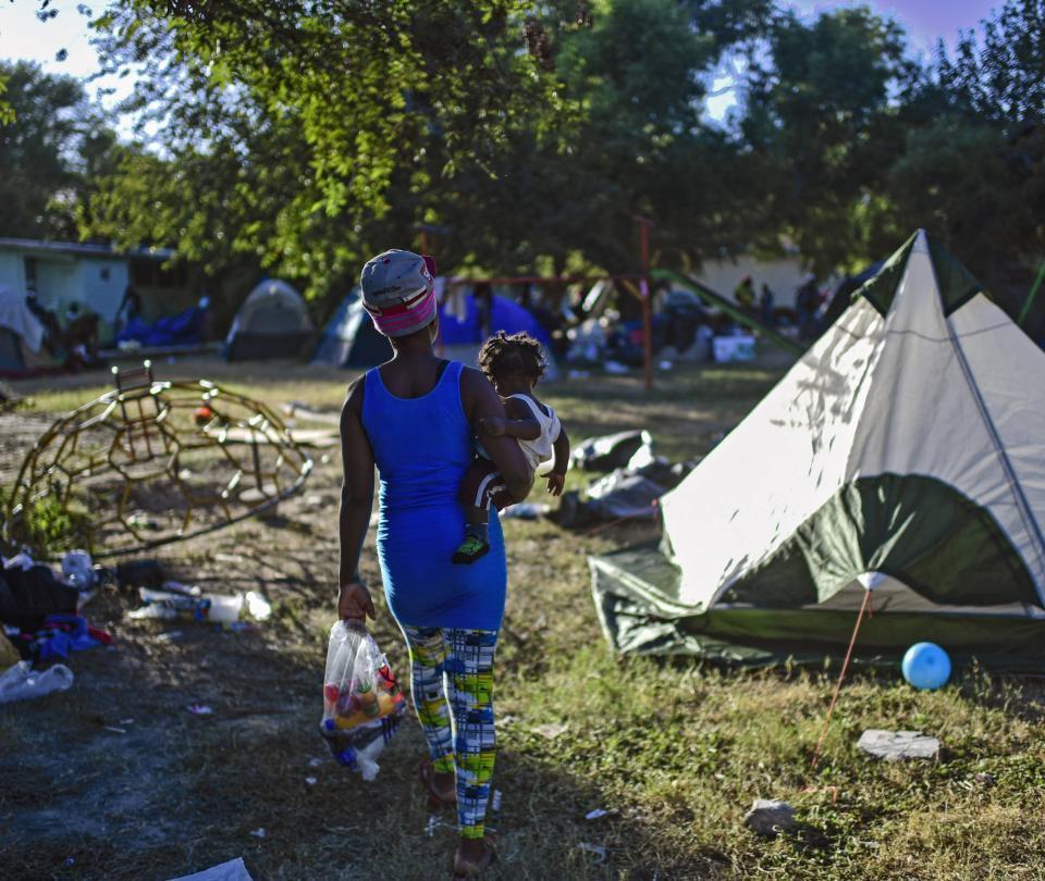Migrantes haitianos retiran campamento de la frontera de EE. UU. y México
