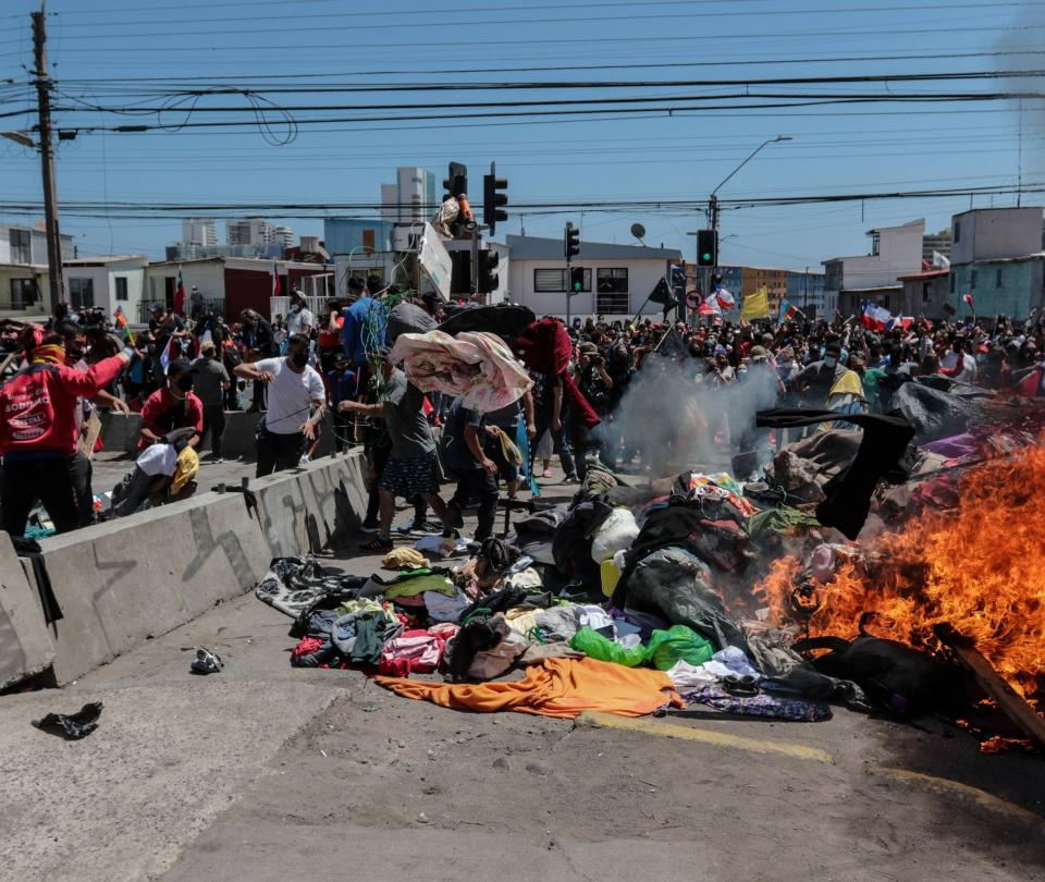 Antiinmigrantes queman campamentos de venezolanos en Chile
