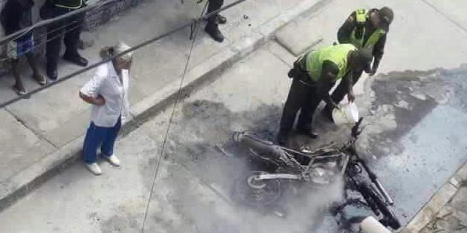 Prenden fuego a moto de un policía en el oriente de Cali