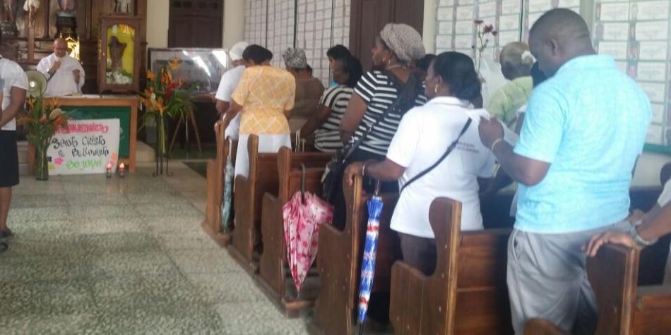 Sacerdote expulsó a joven de su iglesia por vestir como mujer