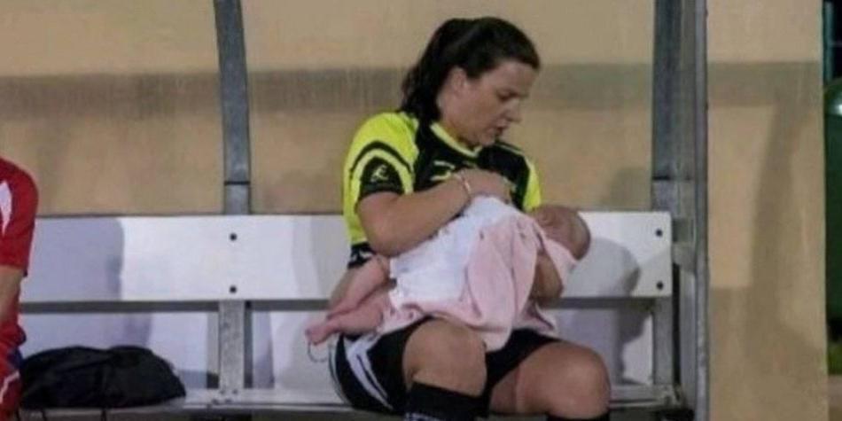 Futbolista que amamanta a su hija