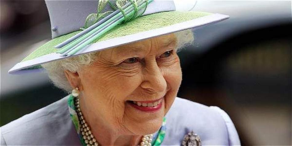 Reina Isabel II sorprende al manejar su Jaguar a los 91 años