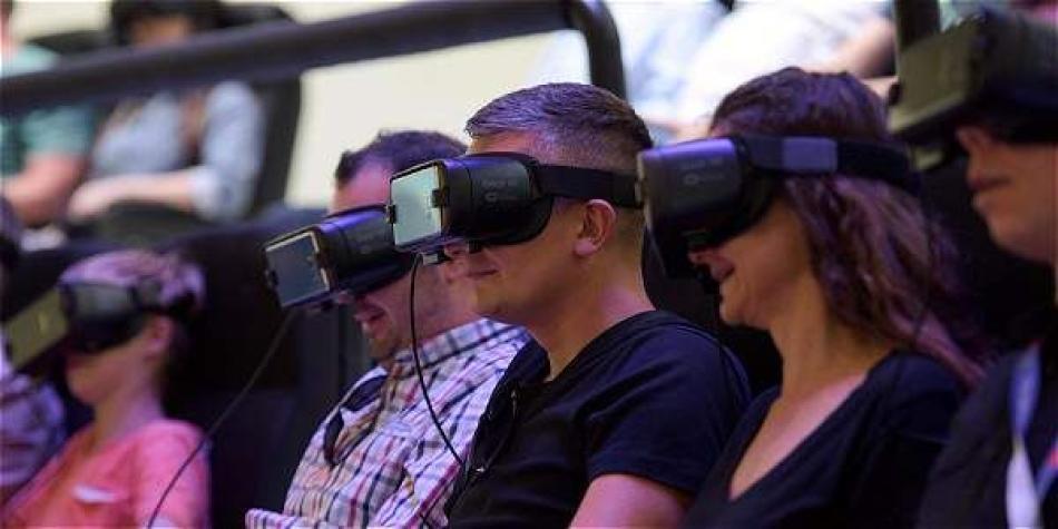 Un grupo de visitantes prueba una experiencia de realidad virtual