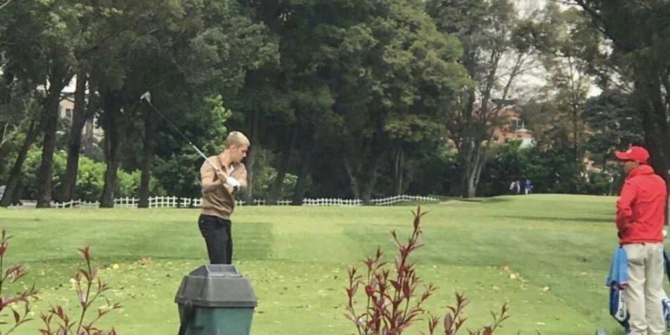 Justin Bieber juega golf en Bogotá