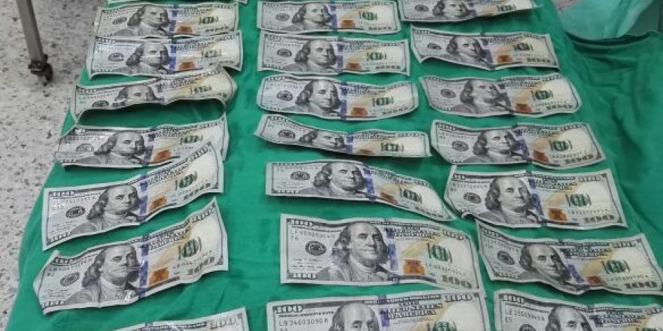 Tras discutir con su pareja, mujer se traga 9 mil dólares