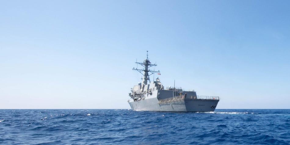 Desafía a China: buque de guerra navega por aguas disputadas