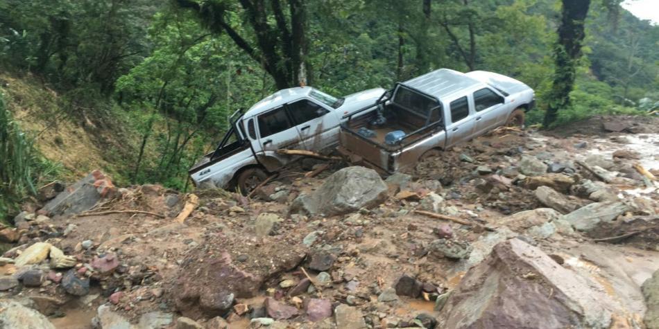 FOTOS: Vehículos quedaron atrapados por deslizamientos en la antigua vía Bogotá - Villavicencio