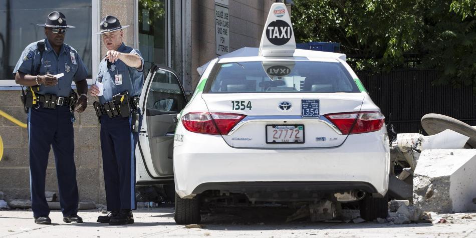 Decena de heridos en aeropuerto de Boston tras arrollamiento