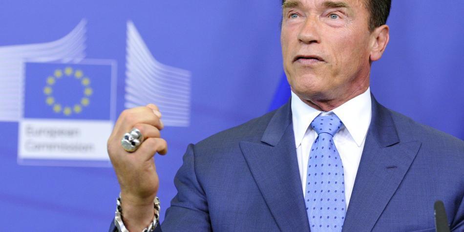 Arnold Schwarzenegger, atacado por la espalda con una patada voladora