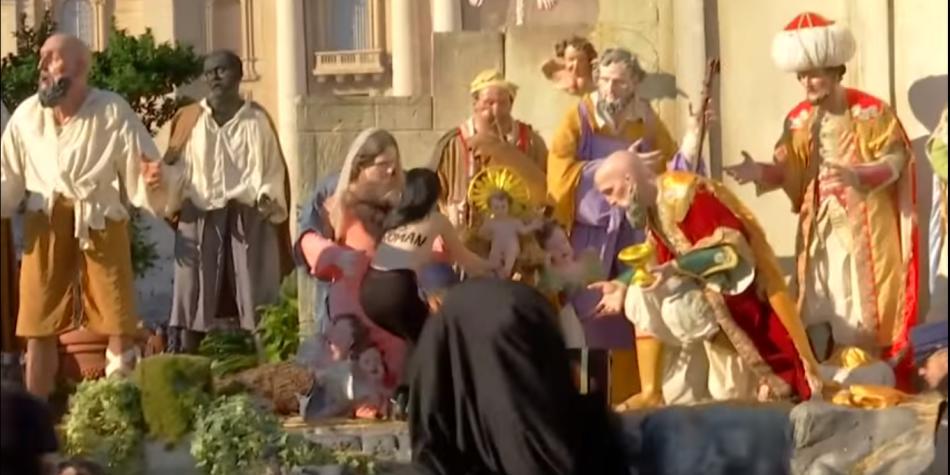 Fotos De El Pesebre De Jesus.Mujer Semidesnuda Trata De Robar El Nino Jesus Del Pesebre