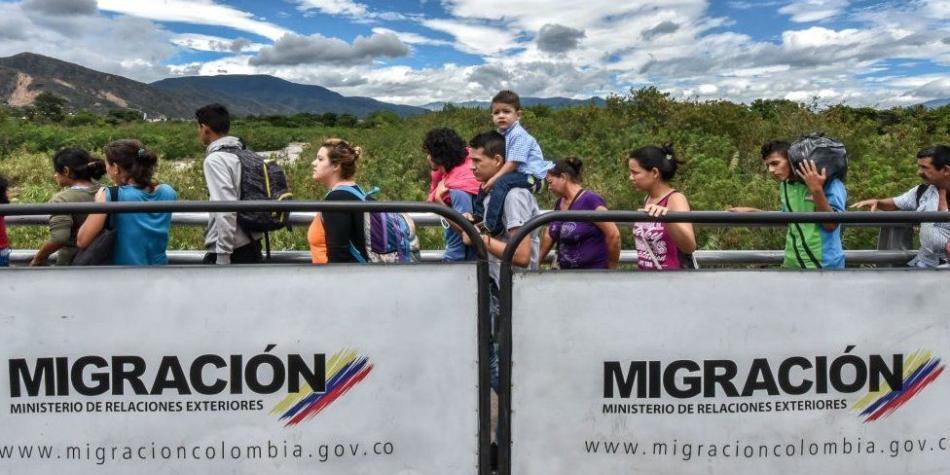 BBC Mundo: Fila en el puente Simón Bolívar, que une las fronteras de Colombia y Venezuela.