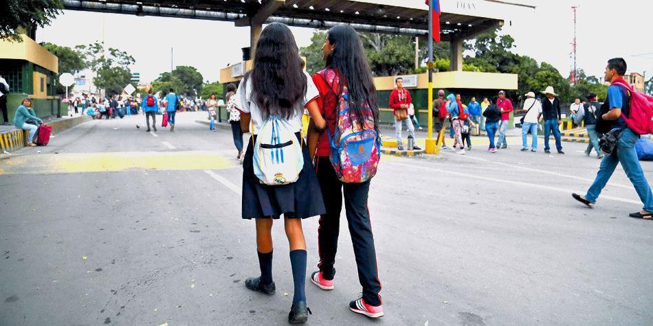 Niños que atraviesan la frontera con Venezuela