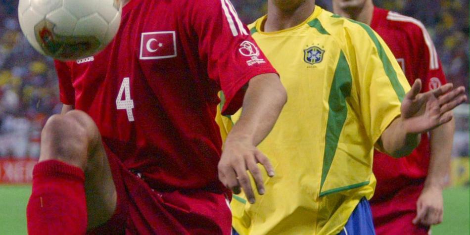 El increíble pase de Roberto Carlos que le da la vuelta al mundo
