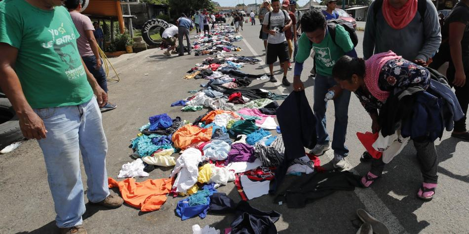 Caravana recoge ropa que dejan los mexicanos