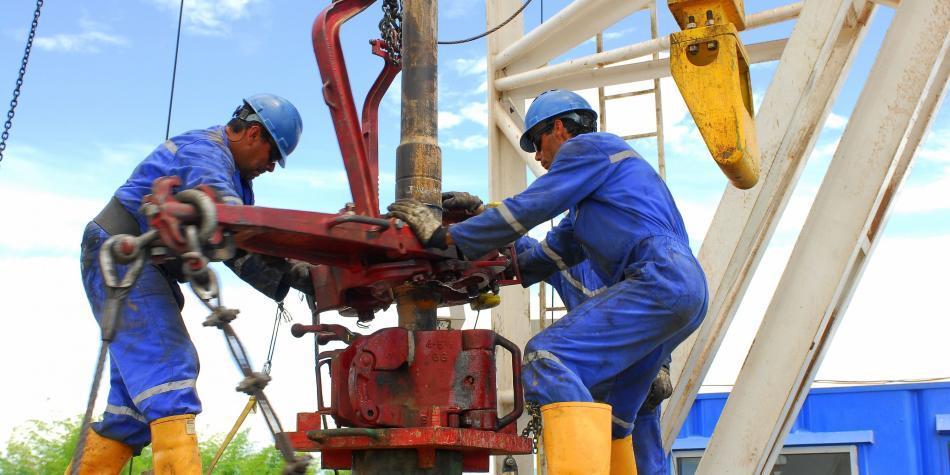 Precio del petróleo se dispara en casi 20 % y Trump libera reservas